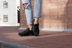 Espadrilles noires utilisées par un adolescent Photo libre de droits