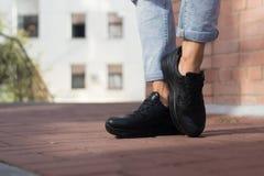Espadrilles noires utilisées par un adolescent Photos stock