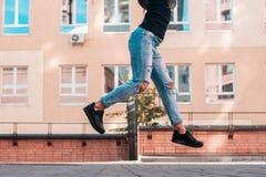 Espadrilles noires utilisées par un adolescent Images libres de droits