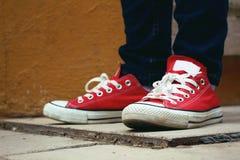 Espadrilles ou chaussures rouges Images libres de droits