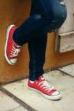 Espadrilles ou chaussures rouges Photographie stock libre de droits