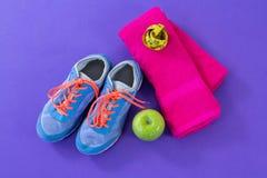 Espadrilles, pomme, serviette et bande de mesure Photos stock