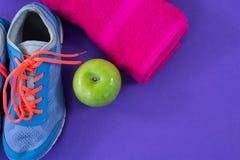 Espadrilles, pomme, serviette et bande de mesure Photo stock