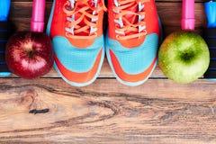 Espadrilles, pommes et corde de saut Image stock