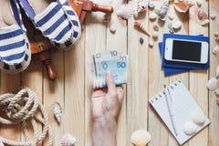 Espadrilles rayées, argent, passeports et décorations marines Photos stock
