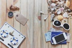 Espadrilles rayées, argent, passeports et décorations marines Image stock