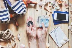 Espadrilles rayées, argent, passeports et décorations marines Photos libres de droits