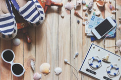 Espadrilles rayées, argent, passeports et décorations marines Images stock