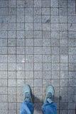 Espadrilles roses d'une vue aérienne sur la texture grise de trottoir de brique Photographie stock libre de droits