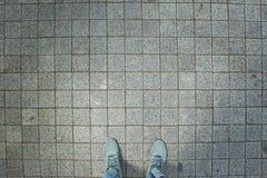Espadrilles roses d'une vue aérienne sur la texture grise de trottoir de brique Images libres de droits