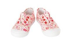 Espadrilles roses de bébé avec le modèle floral Photographie stock libre de droits