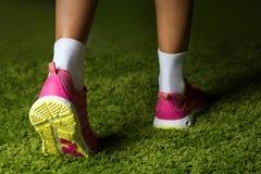 Espadrilles roses sur les jambes d'une femme Photo libre de droits