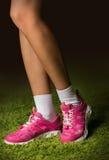 Espadrilles roses sur les jambes d'une femme Images stock