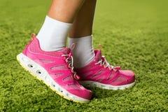 Espadrilles roses sur les jambes d'une femme Photos stock