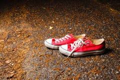 Espadrilles rouges avec les dentelles blanches Photo libre de droits