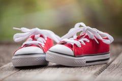 Espadrilles rouges de bébé Photographie stock