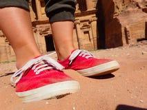 Espadrilles rouges devant la façade à PETRA en Jordanie Images libres de droits