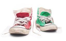 Espadrilles rouges et vertes avec les dentelles blanches Images stock