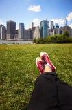 Espadrilles rouges sur l'herbe verte Image libre de droits