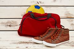 Espadrilles, sac de gymnase et boule Photos stock