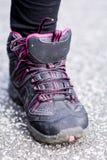 espadrilles se tenant sur la route chaussures de montagne Photos stock