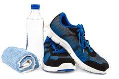 Espadrilles, serviette et bouteille d'eau élégantes sur le fond blanc Photographie stock libre de droits