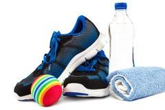 Espadrilles, serviette et bouteille d'eau élégantes sur le fond blanc Photos stock