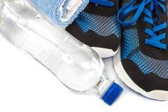 Espadrilles, serviette et bouteille d'eau élégantes sur le fond blanc Photo libre de droits