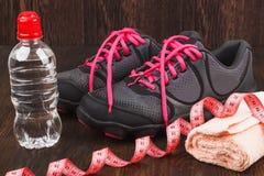 Espadrilles, serviette et bouteille de l'eau Images stock