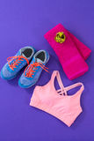 Espadrilles, soutien-gorge de sports, serviette et bande de mesure Photos stock
