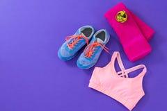 Espadrilles, soutien-gorge de sports, serviette et bande de mesure Image stock