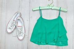 Espadrilles supérieures et blanches vertes concept à la mode Fond en bois Photo stock