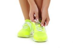 Espadrilles sur des jambes de femmes Photo stock