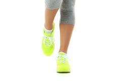 Espadrilles sur des jambes de femmes Photos stock