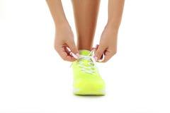 Espadrilles sur des jambes de femmes Images stock