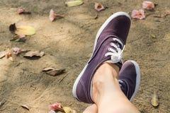 Espadrilles sur des jambes de fille Photographie stock libre de droits