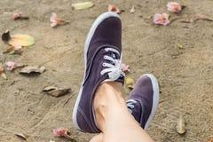 Espadrilles sur des jambes de fille Image stock