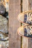 Espadrilles sur l'escalier en bois Image stock