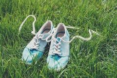 Espadrilles sur l'herbe Photos stock