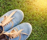 Espadrilles sur l'herbe Image libre de droits