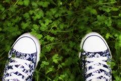Espadrilles sur l'herbe pendant l'été Image stock
