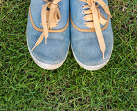 Espadrilles sur l'herbe, vue supérieure Photo stock