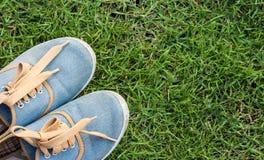 Espadrilles sur l'herbe, vue supérieure Images stock