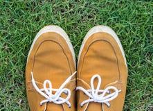 Espadrilles sur l'herbe, vue supérieure Photographie stock libre de droits
