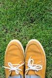 Espadrilles sur l'herbe, vue supérieure Image stock