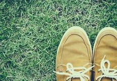 Espadrilles sur l'herbe, vue supérieure, style de vintage Image libre de droits