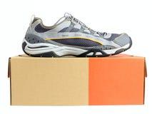 Espadrilles sur la boîte en carton de chaussure Image stock