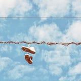 Espadrilles sur la ligne électrique, rétro filtre de photo Image stock