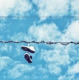 Espadrilles sur la ligne électrique, vieux filtre Photo stock