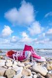 Espadrilles sur la plage Images libres de droits